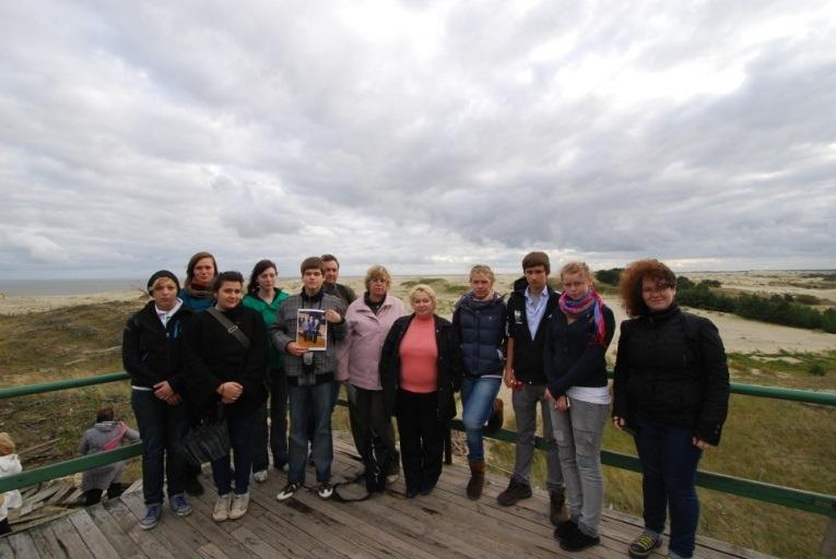 Die Teilnehmer der Studienfahrt, im Hintergrund Dünen und die See